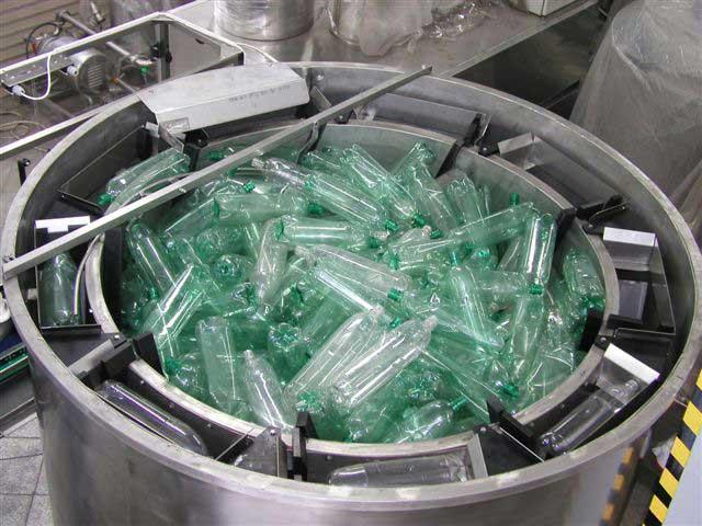 Оборудование для переработки пластиковых бутылок может выглядеть так
